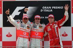 Podium: racewinnaar Fernando Alonso, McLaren, tweede plaats Lewis Hamilton, McLaren en derde plaats Kimi Raikkonen, Ferrari