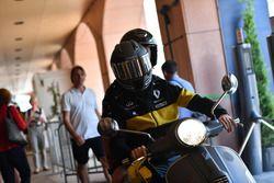 Nico Hulkenberg, Renault Sport F1 Team, en una scooter