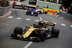 Carlos Sainz Jr., Renault Sport F1 Team R.S. 18, lidera a Brendon Hartley, Toro Rosso STR13