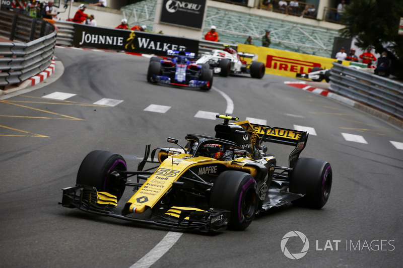 Carlos Sainz Jr., Renault Sport F1 Team R.S. 18, lidera a Brendon Hartley, Toro Rosso STR13