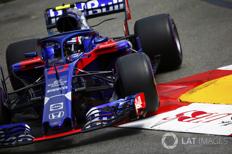 Pierre Gasly, Toro Rosso STR13, runs over a kerb