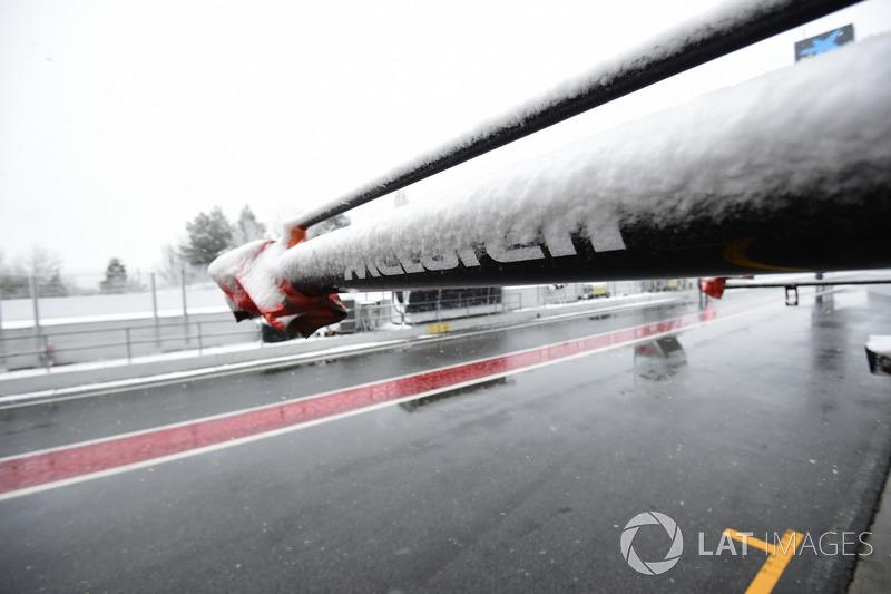 Pitlane del Circuit de Barcelona cubierto de nieve