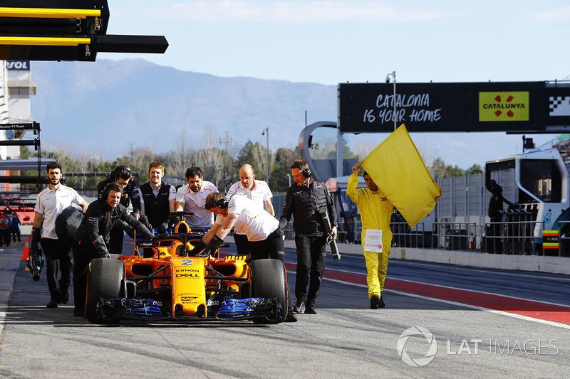 El McLaren MCL33 de Stoffel Vandoorne es devuelto al box