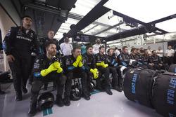 Zespól Mercedesa ogląda wyścig w garażu