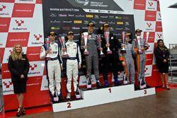 Podio GT4: Ganadores de la carrera #72 Track-Club McLaren 570S GT4: Adam Balon, Ben Barnicoat, segun