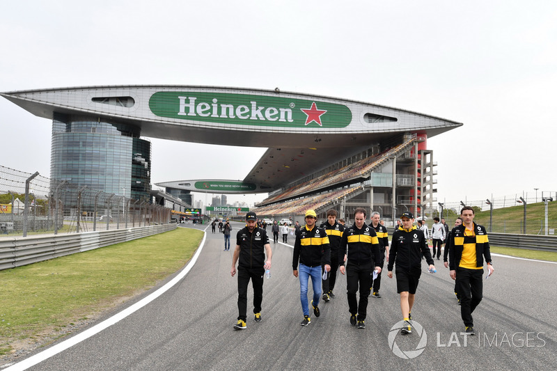 Carlos Sainz jr, Renault Sport F1 Team walks the track