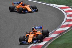 Stoffel Vandoorne, McLaren MCL33 y Fernando Alonso, McLaren MCL33