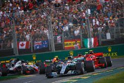 Lewis Hamilton, Mercedes AMG F1 W09, lidera por delante de Kimi Raikkonen, Ferrari SF71H, Sebastian Vettel, Ferrari SF71H, Kevin Magnussen, Haas F1 Team VF-18 Ferrari, Max Verstappen, Red Bull Racing RB14 Tag Heuer, y el resto al inicio