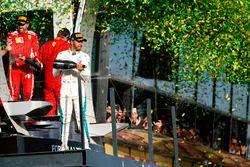 Lewis Hamilton, Mercedes AMG F1, Sebastian Vettel, Ferrari, y Kimi Raikkonen, Ferrari