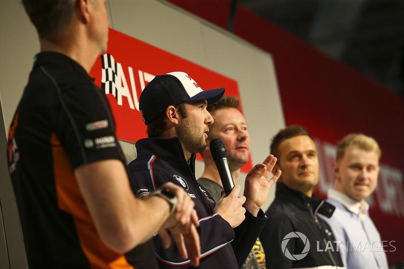 BTCC-kampioenen Matt Neal, Andrew Jordan, Gordon Shedden, Colin Turkington en Ashley Sutton praten m