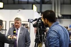 Tim Wright spreekt met Motorsport TV op de LAT Images stand