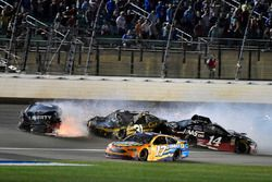 Crash: William Byron, Hendrick Motorsports, Chevrolet Camaro Liberty University, Clint Bowyer, Stewart-Haas Racing, Haas 30 Years of the VF1, Ryan Newman, Richard Childress Racing, Chevrolet Camaro Bass Pro Shops / Cabela's