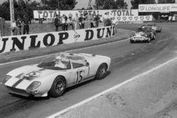 Maurice Trintignant et Guy Ligier, Ford GT40 spyder devancent Claude Dubois et Jean-Francois Piot, T
