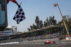 Sebastian Vettel, Ferrari SF70H, passe sous le drapeau à damier