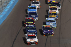 Matt Kenseth, Joe Gibbs Racing Toyota, Denny Hamlin, Joe Gibbs Racing Toyota, la course est relancée