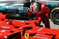 Winnaar Sebastian Vettel, Ferrari SF70H in parc ferme