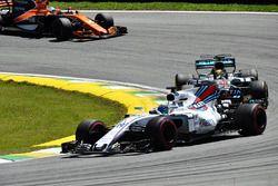 Lewis Hamilton, Mercedes-Benz F1 W08 vecht met Felipe Massa, Williams FW40