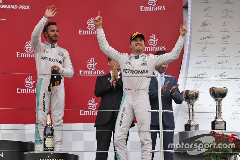 Ganador de la carrera Nico Rosberg, Mercedes AMG F1 (derecha) celebra en el podio con el tercer puesto compañero Lewis Hamilton, Mercedes AMG F1