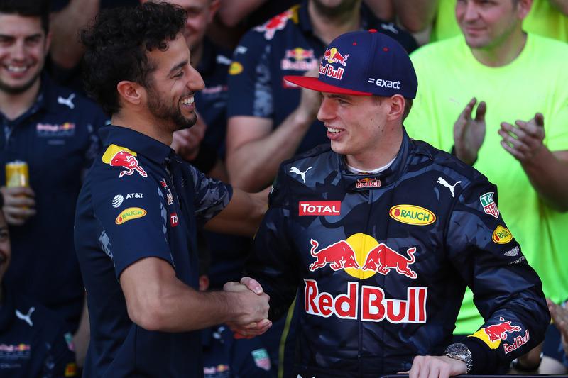 Daniel Ricciardo, Red Bull Racing gratuliert  Max Verstappen, Red Bull Racing zu ersten F1 Sieg