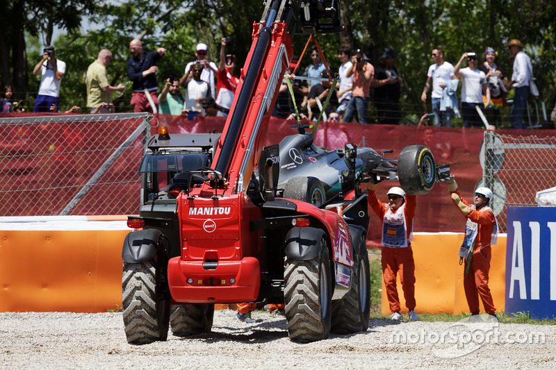 El Mercedes AMG F1 W07 Hybrid Nico Rosberg, Mercedes AMG F1 es retirado de la trampa de grava en el inicio de la carrera
