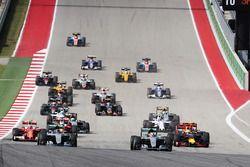 Lewis Hamilton, Mercedes AMG F1 W07 Hybrid führt vor Nico Rosberg, Mercedes AMG F1 W07 Hybrid beim S