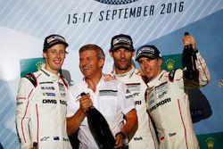 Победители гонки Тимо Бернхард, Марк Уэббер и Брендон Хартли на подиуме вместе с Фрицем Энцингером, вице-президентом команды Porsche Team