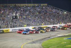 Reinicio: Kyle Busch, Joe Gibbs Racing Toyota líder