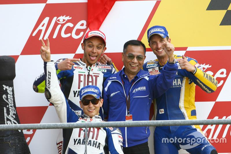 Podio: il vincitore della gara Valentino Rossi, Yamaha; secondo Jorge Lorenzo, Yamaha; terzo Colin E