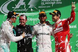 Podio: Nico Rosberg, Mercedes AMG F1, segundo; Tony Walton, Mercedes AMG F1 mecánico; Lewis Hamilton