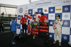 Podio Gara 3: il secondo classificato Mick Schumacher, Prema Powerteam, il vincitore Juri Vips, Prem