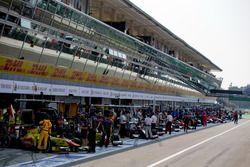 Una vista del pit lane antes de la sesión de práctica