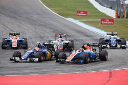 Felipe Nasr, Sauber C35 en Pascal Wehrlein, Manor Racing MRT05, bij de start van de race