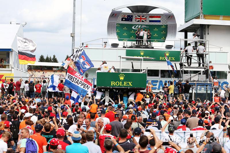 Fans aan het podium