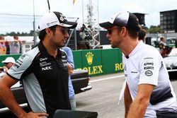 Sergio Pérez, Sahara Force India F1 con Jenson Button, McLaren en el desfile de pilotos