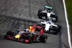 Daniel Ricciardo, Red Bull Racing RB12 lídera a Valtteri Bottas, Williams FW38 Mercedes y Nico Rosberg, Mercedes AMG F1 W07