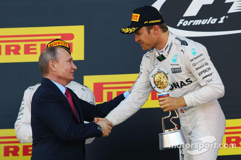 Podyum: Vladimir Putin, Rusya Federasyonu Başkanı ve kazanan Nico Rosberg, Mercedes AMG F1 Team