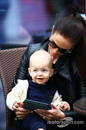 Minttu Räikkönen, Ehefrau von Kimi Räikkönen, mit Sohn Robin