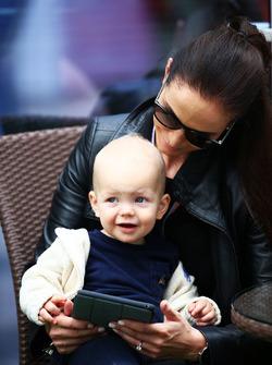 Minttu Virtanen, Ehefrau von Kimi Räikkönen, mit Sohn Robin
