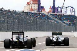 Fernando Alonso, McLaren MP4-31 et Lewis Hamilton, Mercedes AMG F1 Team W07