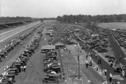 İç alanda seyirciler 1932 Indy 500