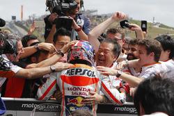 Marc Marquez, Repsol Honda Team, Honda, fête sa victoire avec Shuhei Nakamoto et son team