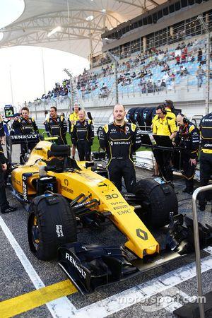 Механики Renault Sport F1 Team на стартовой решетке