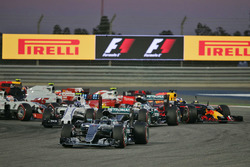 Arrancada: Nico Rosberg, Mercedes AMG F1 Team W07, Valtteri Bottas, Williams FW38 y Lewis Hamilton,