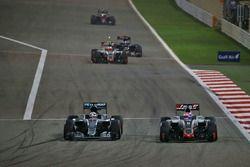 Льюис Хэмилтон, Mercedes AMG F1 Team W07 и Ромен Грожан, Haas F1 Team VF-16
