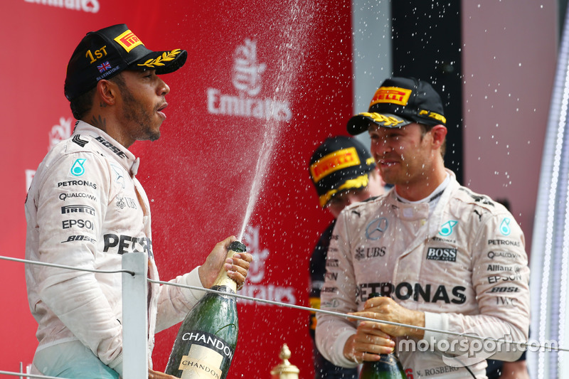 Le vainqueur Lewis Hamilton, Mercedes AMG F1 W07, et le 2e Nico Rosberg, Mercedes AMG Petronas F1 W07
