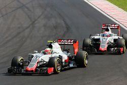 Esteban Gutierrez, Haas F1 Team VF-16 takım arkadaşının önünde Romain Grosjean, Haas F1 Team VF-16