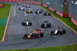 Daniel Ricciardo, Red Bull Racing RB12 et Nico Hulkenberg, Sahara Force India F1 VJM09
