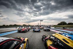 Sesión fotográfica de grupo de los autos