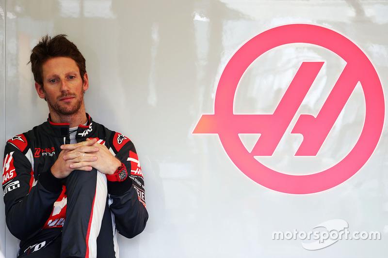 Romain Grosjean pensativo nos boxes de sua nova equipe