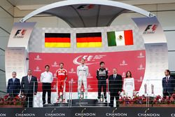 Sebastian Vettel, Ferrari, segundo; Nico Rosberg, Mercedes AMG F1, ganador; Sergio Pérez, Sahara For